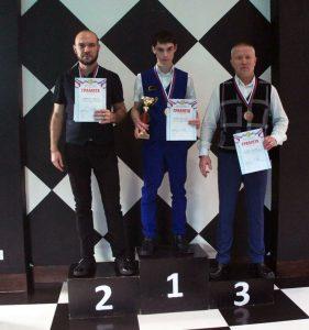 Абсолютный чемпион Иркутской области по бильярду Андрей Абузьяров (в центре)