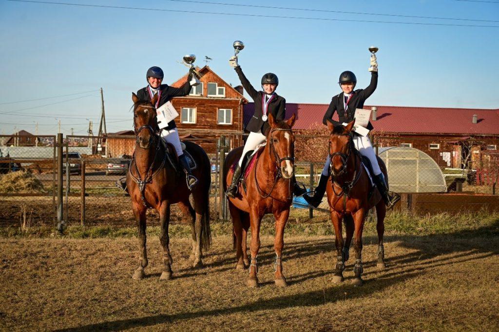 Областные соревнования по конкуру прошли в конном центре Фонда Тихомировых