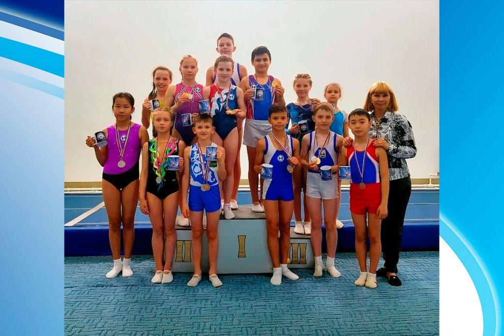 16 медалей завоевали юные спортсмены из Иркутска на открытом первенстве Омска по прыжкам на батуте
