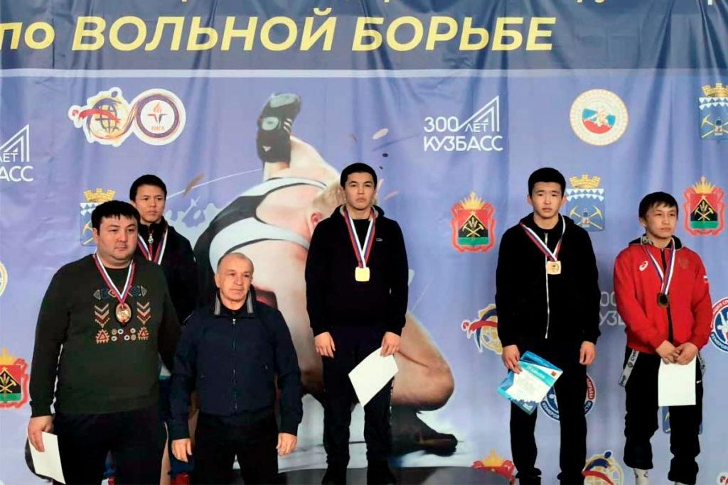 Шесть медалей выиграли спортсмены Приангарья на первенстве Сибири по вольной борьбе