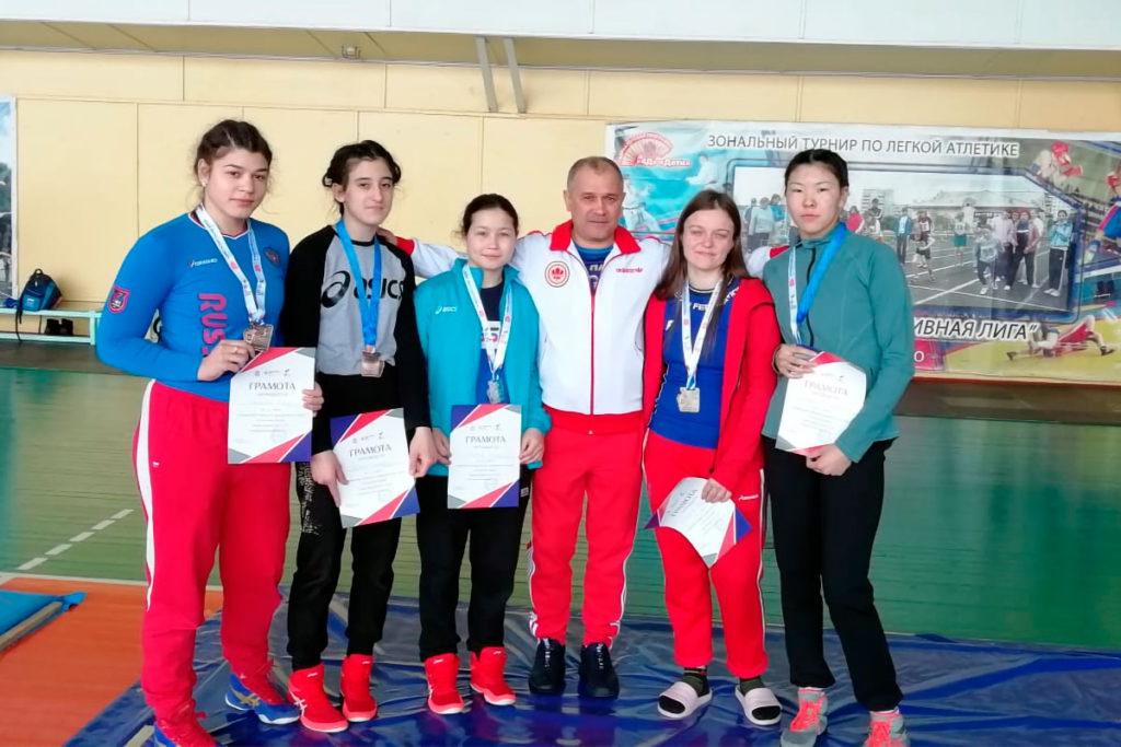 Спортсменки Приангарья завоевали пять медалей на первенстве СФО по вольной борьбе